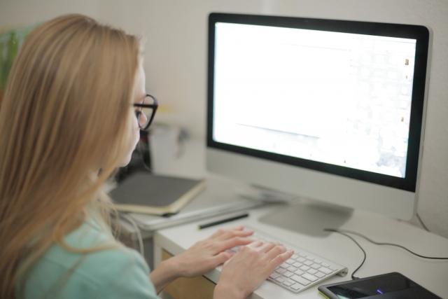 パソコンで作業中