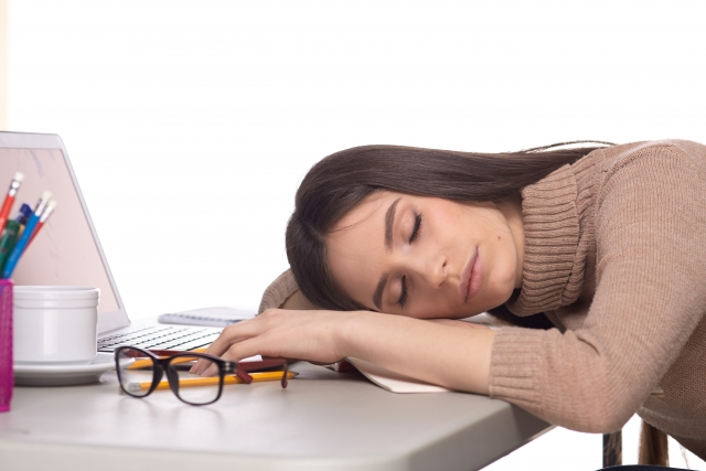 パソコン作業で疲れた女性
