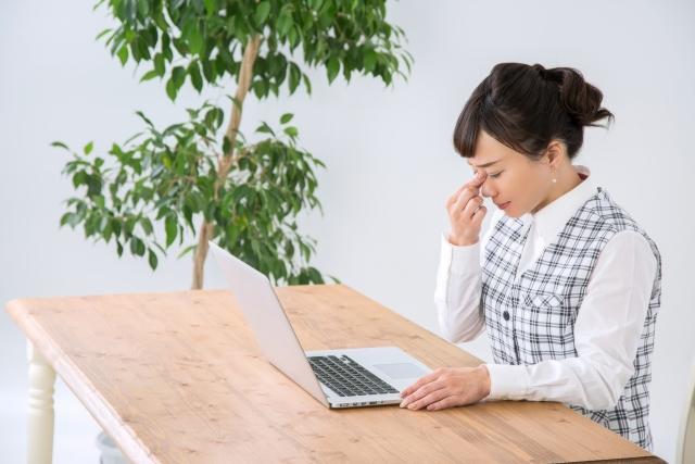 パソコン作業で目が疲れる女性